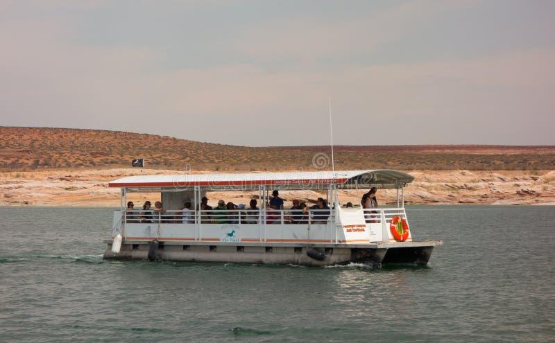 Ett turnerafartyg som kryssar omkring på en behållare i öknen arkivfoton