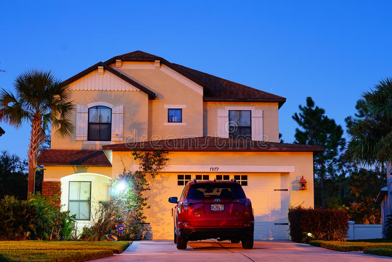 Ett typisk hus i Florida på natten arkivfoton