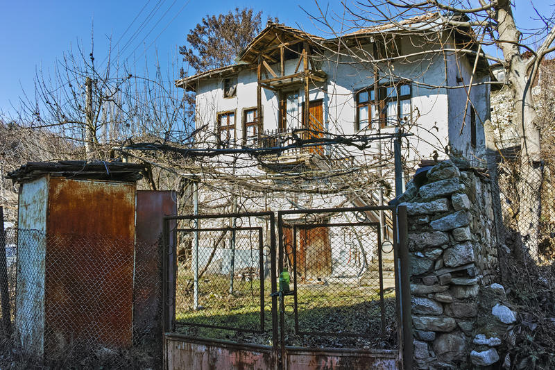 Ett typisk hus med en vingård i gården i by av Rozhen, Bulgarien royaltyfri fotografi