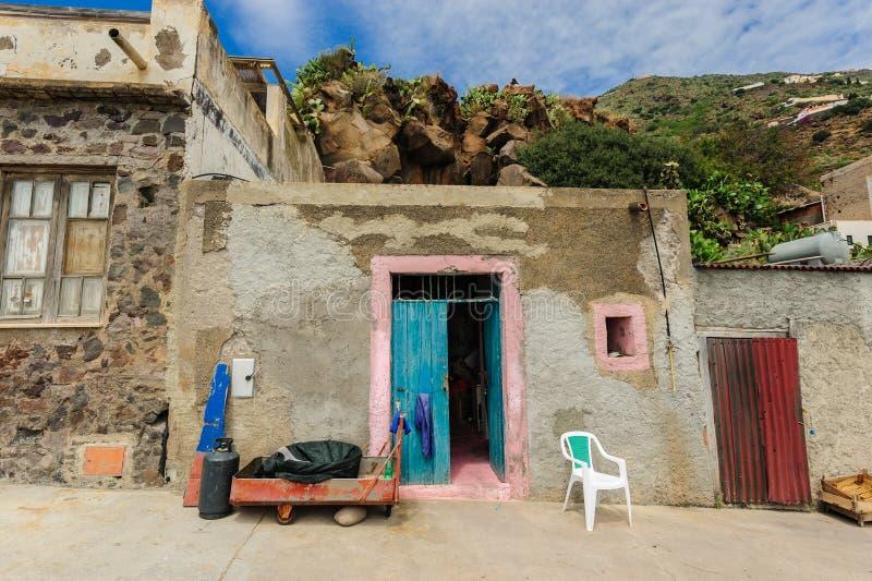Ett typisk skjul av en invånare av den Alicudi ön royaltyfri bild