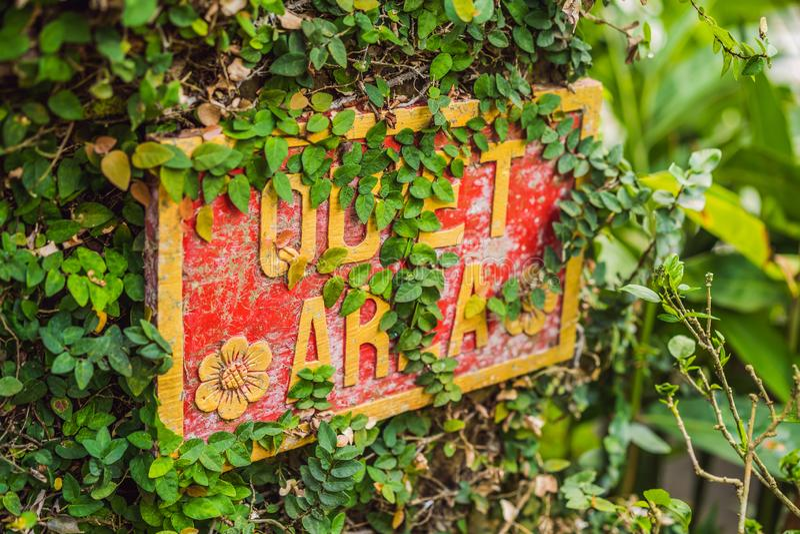 Ett TYST OMRÅDE för tecken i ett tyst hörn av trädgården royaltyfria bilder