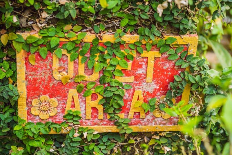 Ett TYST OMRÅDE för tecken i ett tyst hörn av trädgården royaltyfri fotografi