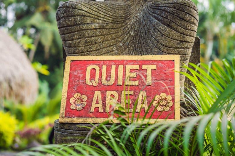 Ett TYST OMRÅDE för tecken i ett tyst hörn av trädgården arkivfoto