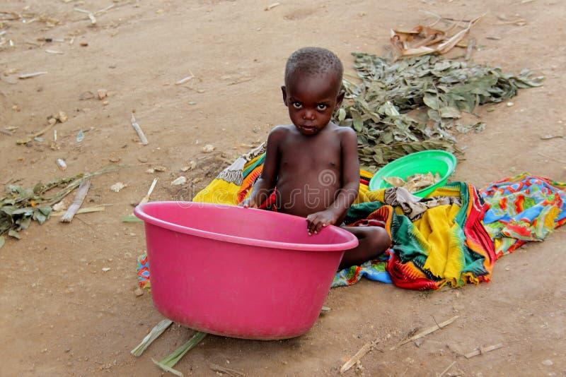 Ett ungt barn i lantliga Mocambique fotografering för bildbyråer
