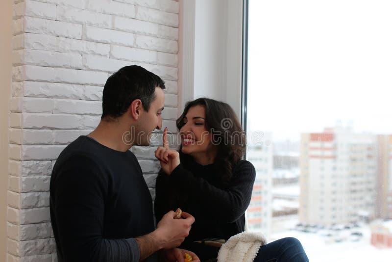 Ett ungt gift par i en ny lägenhet royaltyfria bilder