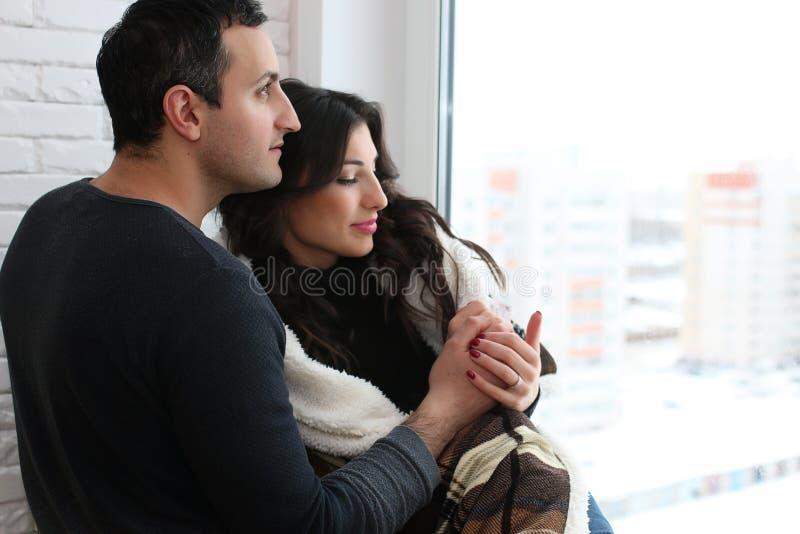 Ett ungt gift par i en ny lägenhet arkivfoto
