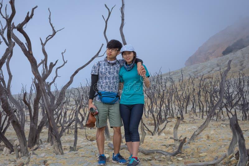 Ett ungt koreanskt par gör utomhus- aktiviteter på berget Det Papandayan berget ?r ett av det favorit- st?llet som fotvandrar p?  royaltyfria foton