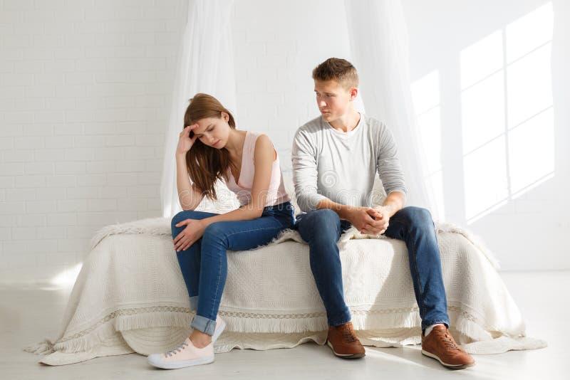 Ett ungt par svär Begreppet av grälar i familjer royaltyfri bild