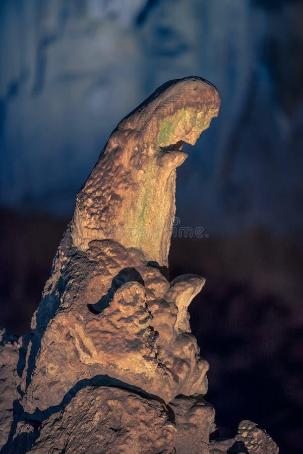 Ett upplyst stalagmitbildande som liknar modern Mary som ber, på Wondercaven i Sydafrika arkivfoton