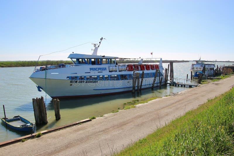 Ett utfärdfartyg på kusten, på en arm av Poet River italy royaltyfri bild