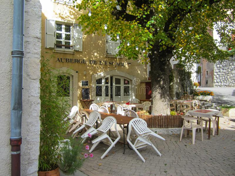 Ett utomhus- kafé i lite backestad i Frankrike arkivfoto