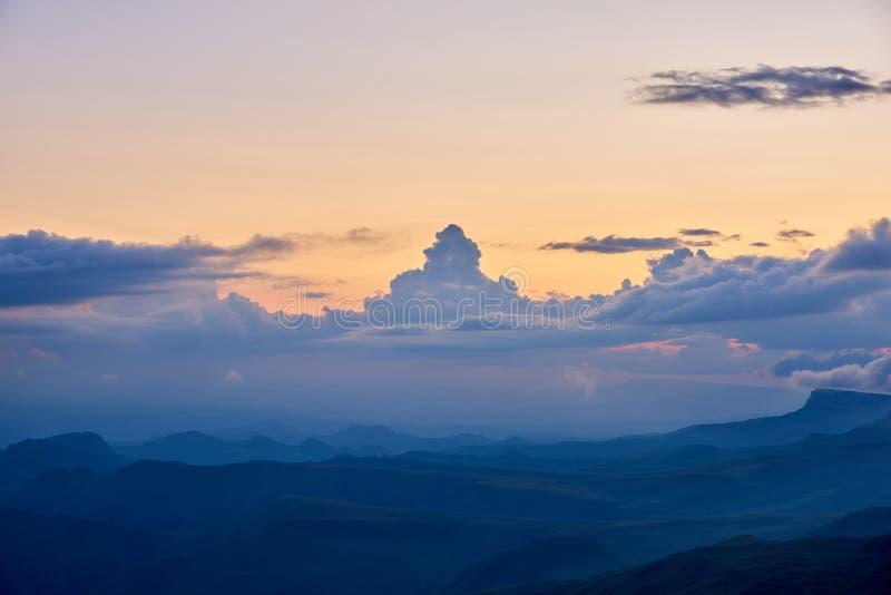 Ett utsmyckat moln i form av ett torn på solnedgången Karachay-Cherkessia norr Kaukasus Ryssland arkivbilder