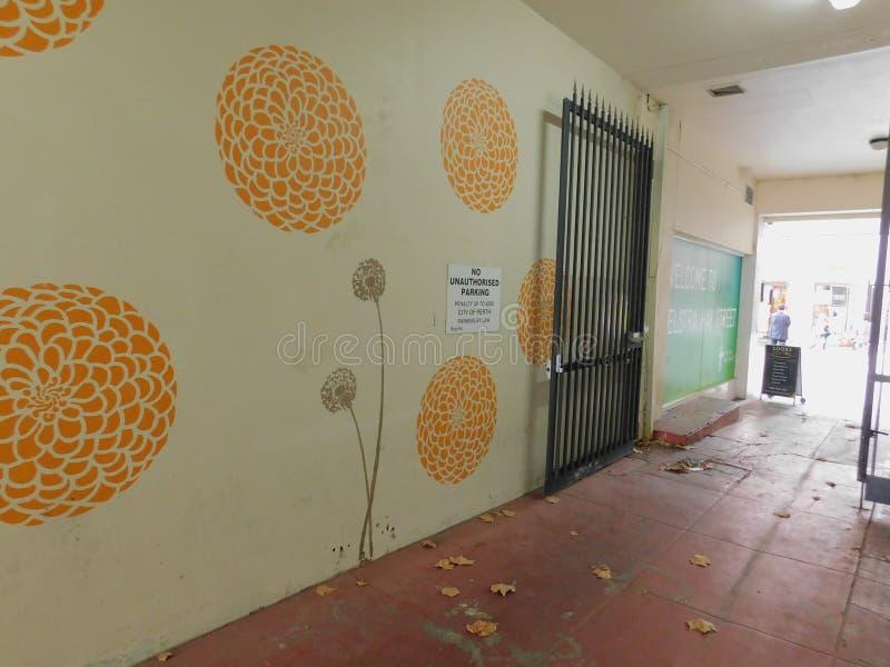 Ett vägg- konstverk i en bakgata arkivfoto