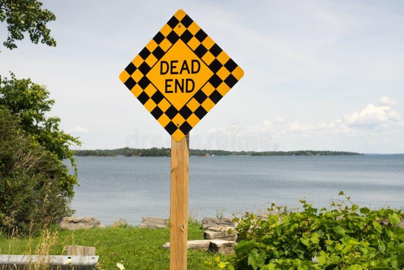 Ett vägmärke på slutet av vägen royaltyfria bilder
