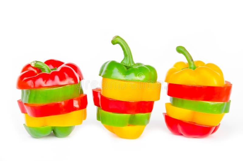 Ett val av färgrika spanska peppar som skivas i stycken för att göra på arkivfoton