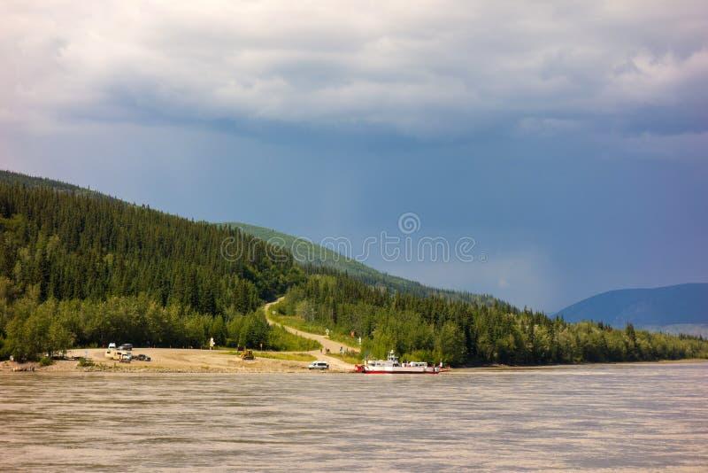 Ett van vid kors för offentlig färja Yukonet River royaltyfri fotografi