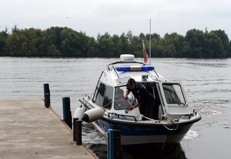 Ett vattenpolisfartyg förtöjas på pir fotografering för bildbyråer