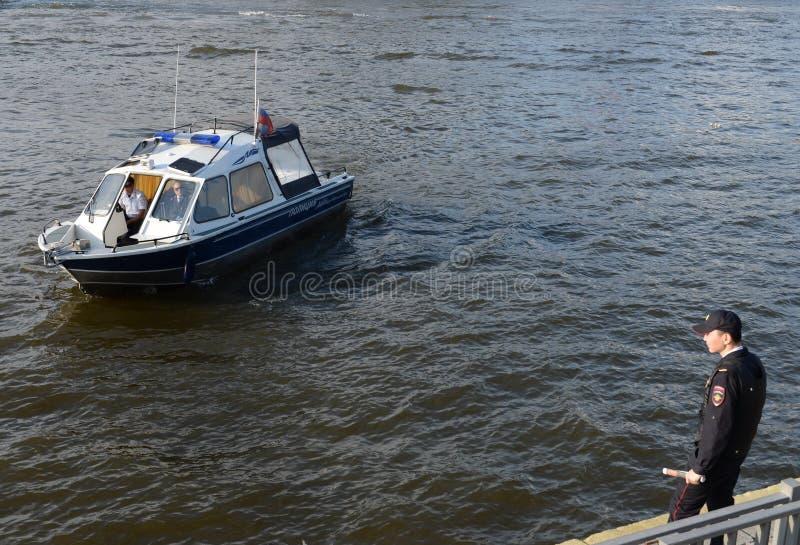 Ett vattenpolisfartyg på den Moskva floden royaltyfria foton