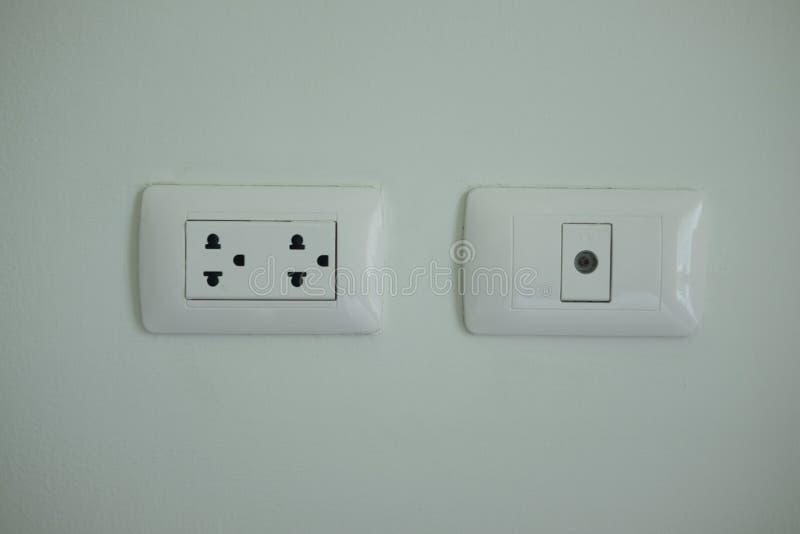 Ett vitt hem- elektriskt uttag arkivbild