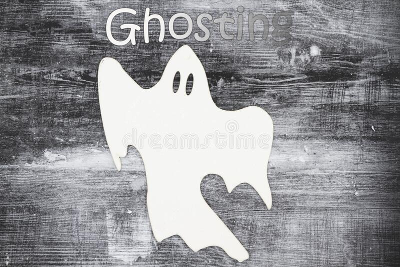 Ett vitt spöke ger ett meddelande åt någon arkivbilder