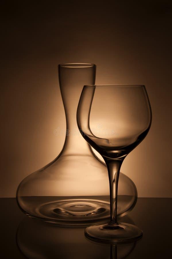 Wineexponeringsglas och karaff royaltyfri bild