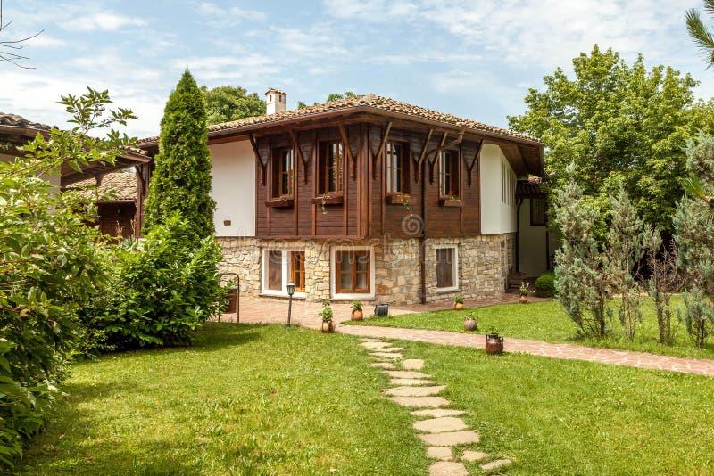 Ett wood gammalt hus från Arbanasi, Bulgarien. fotografering för bildbyråer