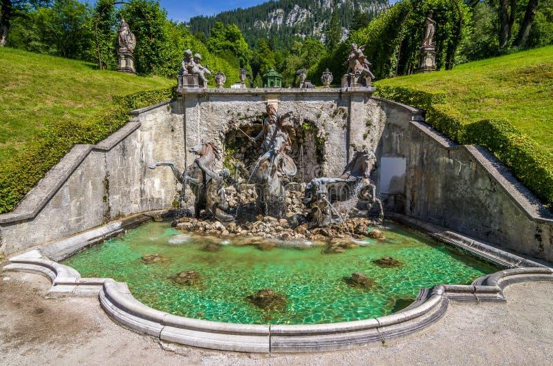 Ettal,德国,2017年8月14日:与海王星喷泉的小瀑布在Linderhof公园,巴伐利亚,德国 免版税图库摄影