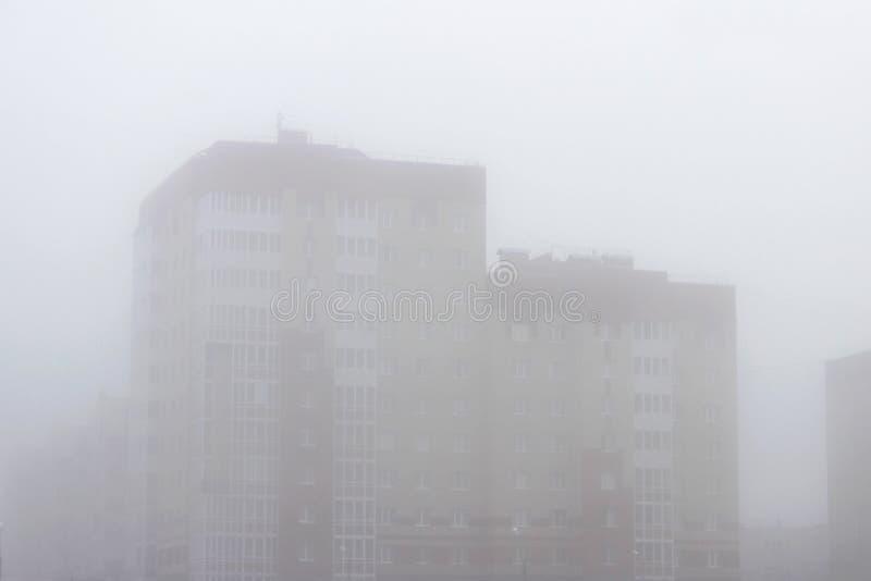 Ettvåning stadshus i en dimma tidigt på morgonen på våren royaltyfria bilder
