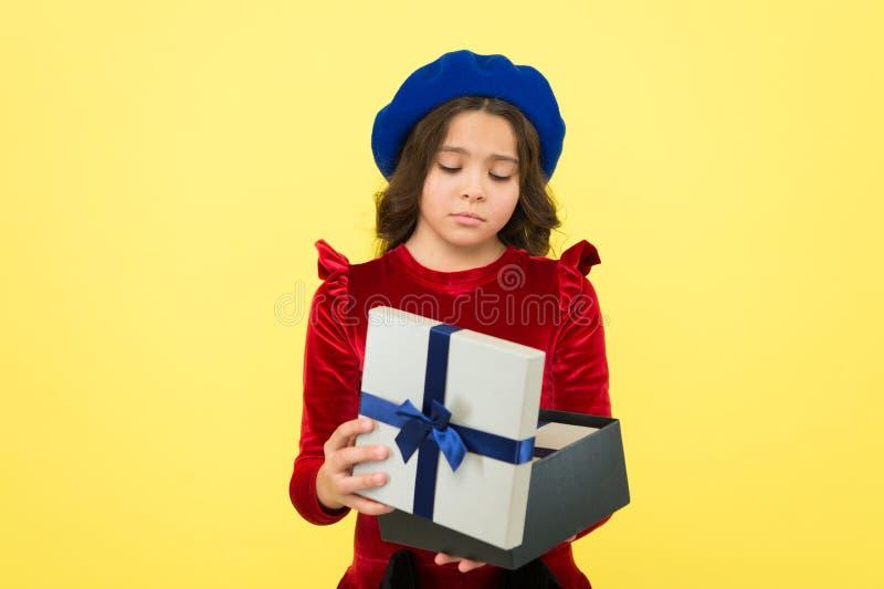 Etwas ging schief Kinderliebes-Geburtstagsgeschenk Glaubendes trauriges schlechtes Geschenk Überraschungspräsentkarton Enttäuscht stockfoto