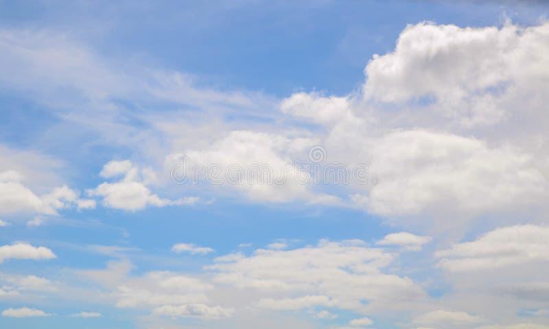 Etwas Kumuluswolken auf dem blauen Himmel, der weißes weiches Beschaffenheitsmuster zeigt lizenzfreie stockbilder