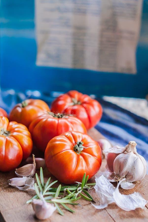 Etwas rote Tomaten und Knoblauch für Teigwaren stockbild