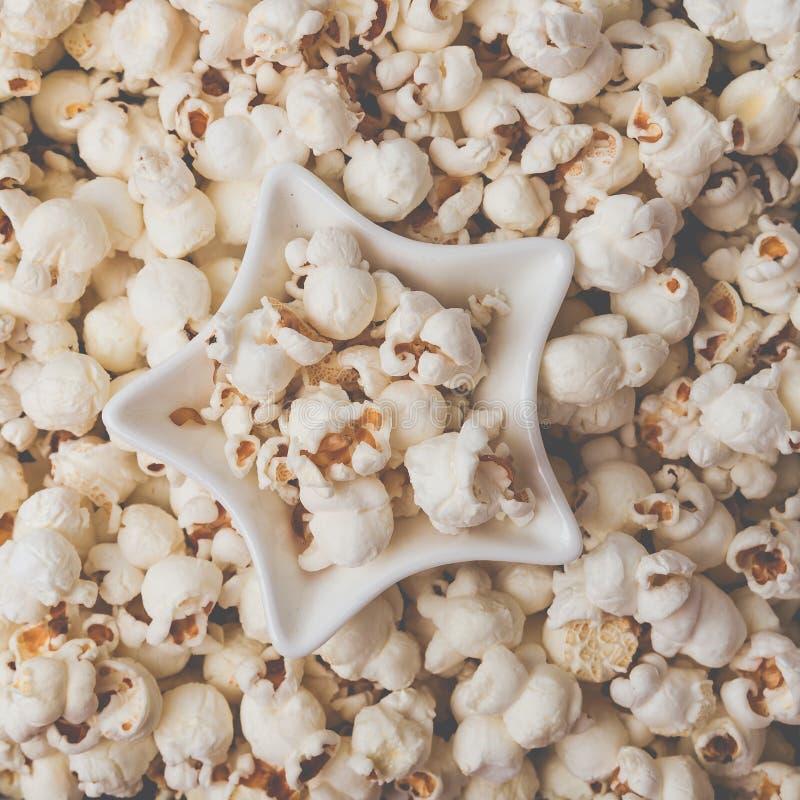 Etwas selbst gemachtes Popcorn als ausführlicher Nahaufnahmeschuß, sternförmige Schüssel, Draufsicht Instagram-Lechfilter lizenzfreie stockfotografie