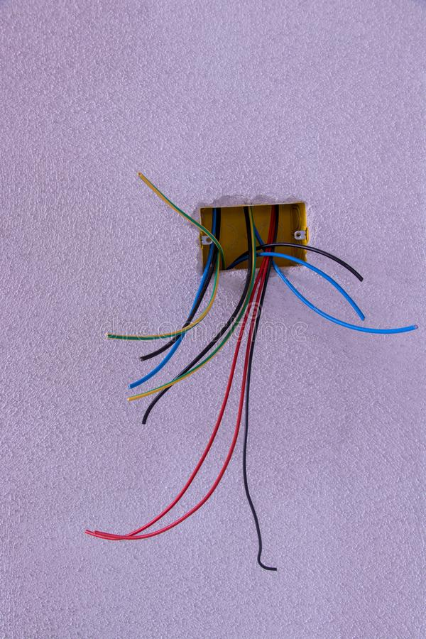 Etwas verschiedene elektrische Leitungen, die von der Wand schauen vektor abbildung