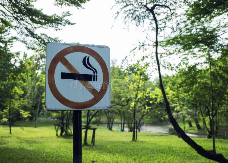 etykietka metal żadny parkowy szyldowy dymienie zdjęcie stock