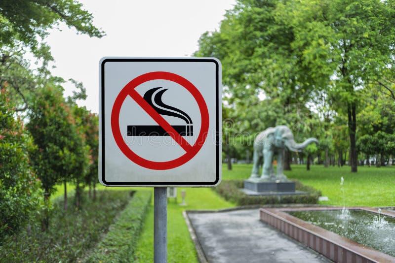 etykietka metal żadny parkowy szyldowy dymienie obraz stock