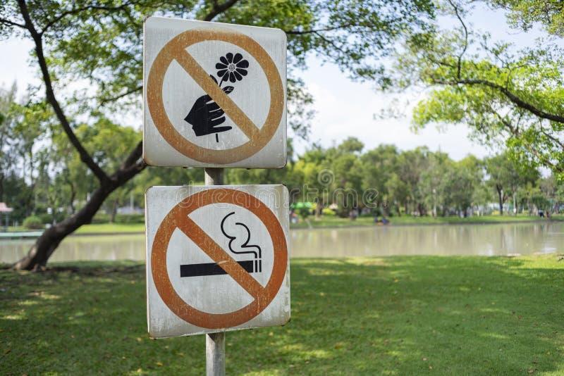 Etykietka no podnosi kwiaty i dymienie metal podpisuje wewnątrz parka zdjęcia royalty free