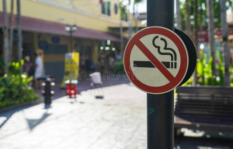 Etykietka palenie zabronione metal podpisuje wewnątrz miasto obrazy stock