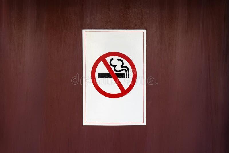 Etykietka palenie zabronione metal podpisuje wewnątrz miasto zdjęcie royalty free