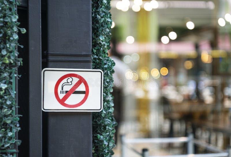 Etykietka palenie zabronione metal podpisuje wewnątrz miasto zdjęcia royalty free