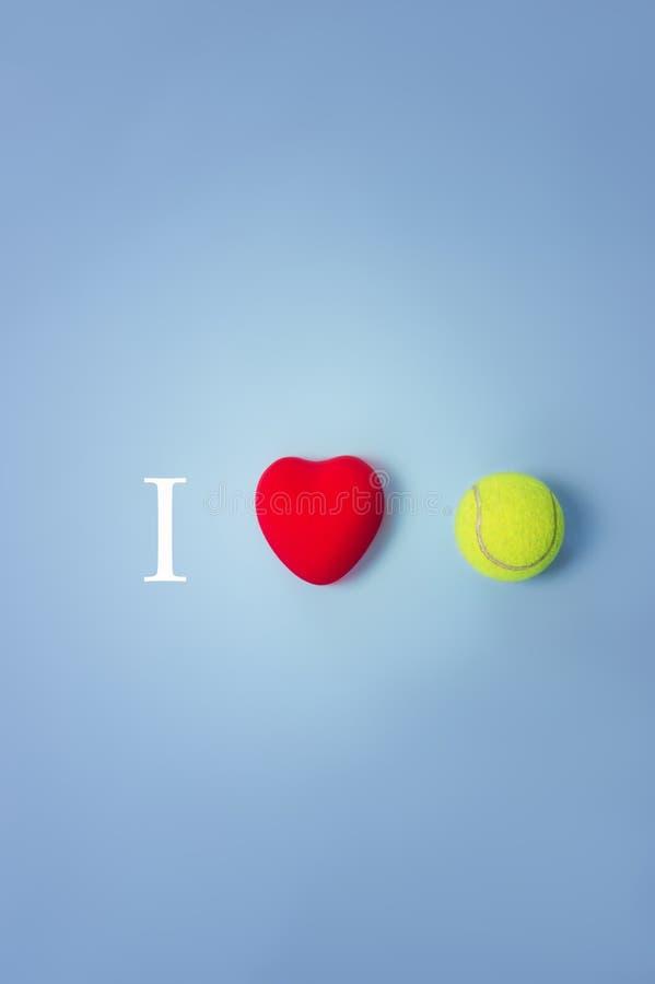 Eu amo a opinião superior do conceito do tênis imagem de stock