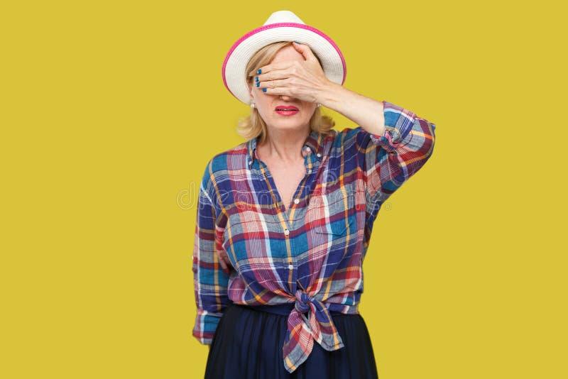 Eu don o ` t quero v?-lo Retrato da mulher madura à moda moderna assustado ou chocada no estilo ocasional na posição e no fim bra imagem de stock