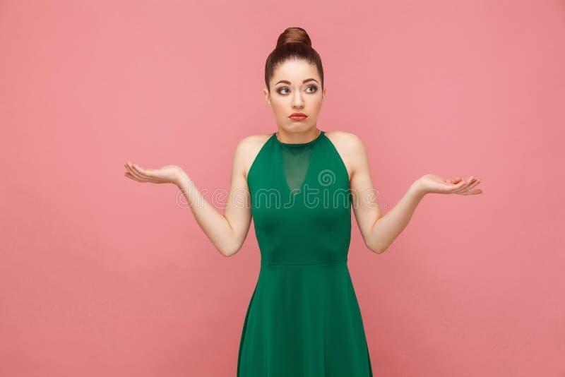 Eu don o `t sei Retrato da mulher confundida bonito imagens de stock