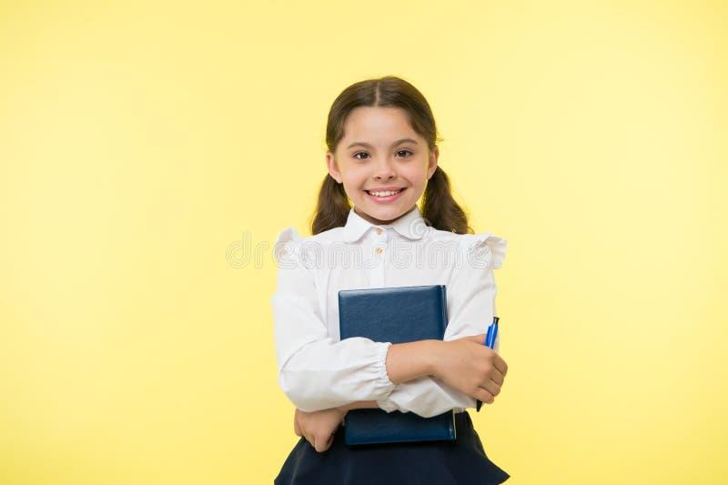 Eu estou pronto para a escola Criança esperta da farda da escola da criança feita com trabalhos de casa Fundo feliz bonito do ama imagens de stock royalty free