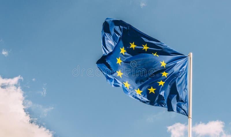 EU för europeisk union sjunker mot en blå himmel Snart det ska finnas en mindre stjärna, sedan UK röstade för att lämna EU i 2016 royaltyfria foton