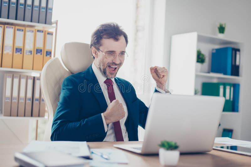 Eu fi-lo! O banqueiro bem sucedido do empresário está comemorando o achievem imagens de stock royalty free
