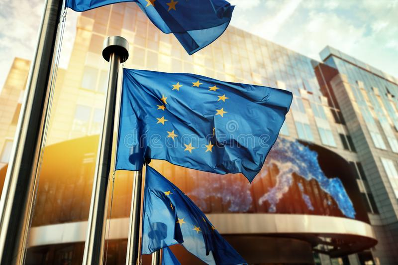 EU-Flaggen, die vor Gebäude des Europäischen Parlaments wellenartig bewegen Brusse stockbild