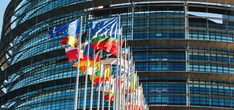 EU-Flaggen vor dem Parlament stockfotos