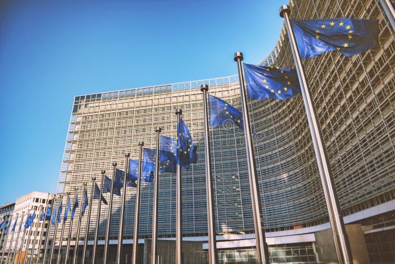 EU-Flaggen vor Gebäude der Europäischen Kommission Brüssel, Bel stockbilder