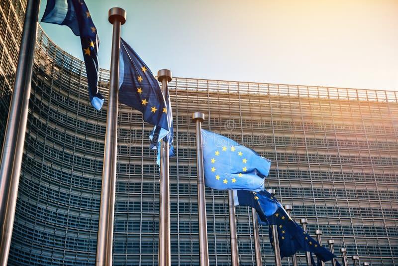 EU-flaggor framme av Europaparlamentetbyggnad Bryssel Bel arkivbild