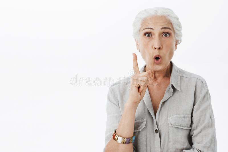 Eu obtive o conselho excelente para a filha Retrato da mulher superior criativa entusiasmado e entusiástica com dobradura do cabe imagens de stock